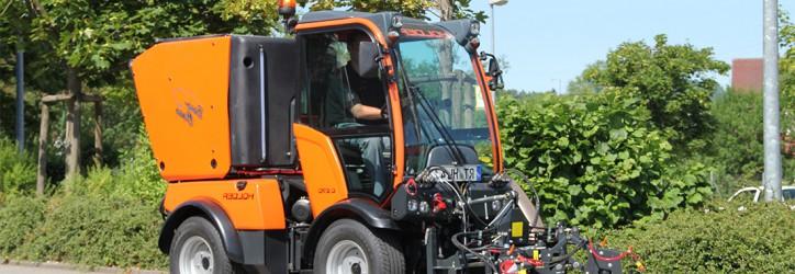 Der Passagier Hafen in St. Petersburg erhält zwei Holder Traktoren mit Anbaugeräten